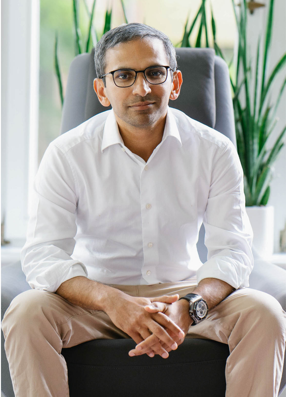 Amjad Liaquat founder of Mindcurv sitting in Essen office