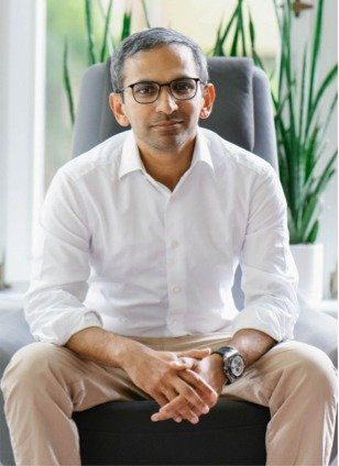 Amjad Liaquat founder of Mindcurv sitting in Essen office